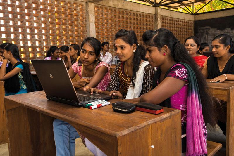 Noch müssen sich jeweils drei Auszubildende im Lanka Learning Center ein Notebook im Unterricht teilen - ein Anfang ist gemacht.Foto: ©Lichtbildarena