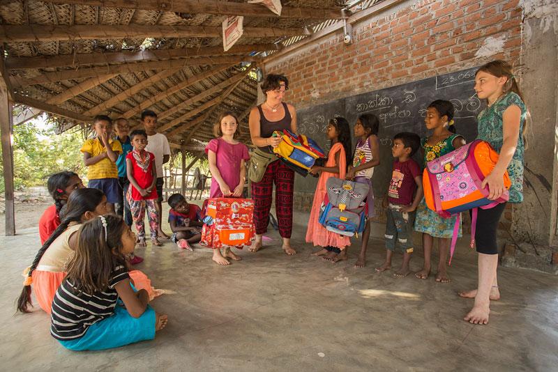 Barbara Vetter übereicht den Schülerinnen und Schülern im Lanka Learning Center – dank der vielen Spenden – Schulranzen, gefüllt mit Unterrichtsmaterialien.Foto: ©Lichtbildarena